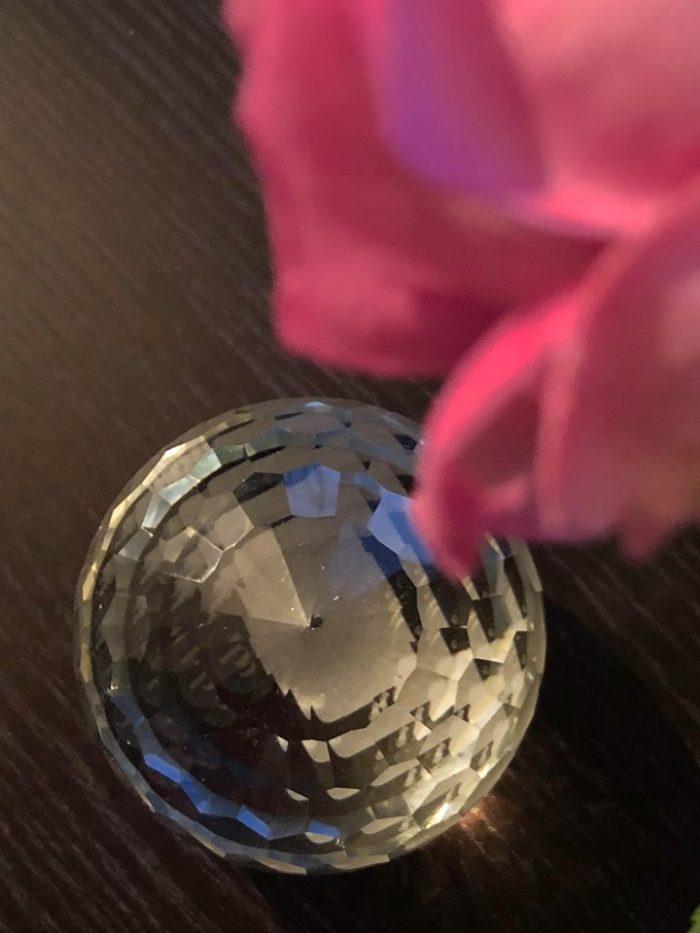 kristalkula och rosa rosor.jpg